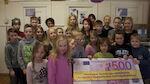 Kuvituskisan voittajaluokka kunnostaa kyläkoulua