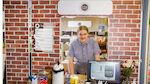 Yrityskylän projektikoordinaattori Jaakko Joki S-Caféssa