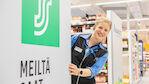 """Kati on PeeÄssän """"paluumuuttaja"""". Nyt hän nauttii työstään Nilsiän S-marketin päällikkönä."""