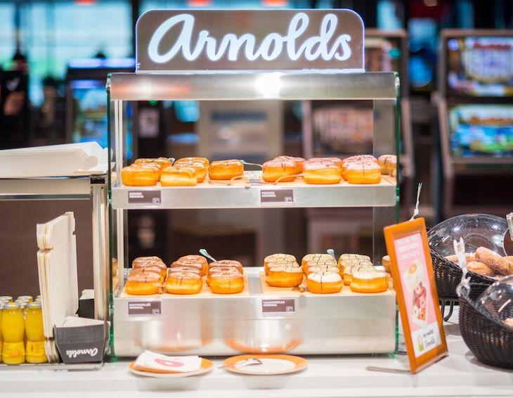 ABC vahvistaa kahvilatarjontaansa kotimaisilla Arnolds-donitseilla