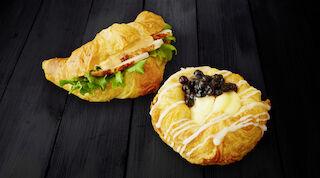 Presso mustikkaviineri tai täytetty croissant ja kahvi / tee Raflaamo