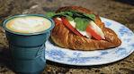 bacaro doppio täytetty croissant ja cappuccino