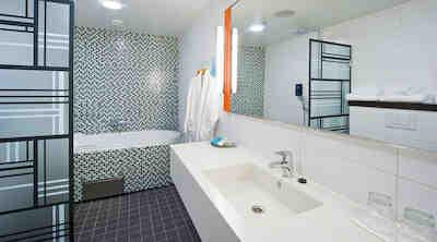 Solo Sokos Hotel Lahden Seurahuone Karolina suite bathroom