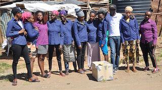 Ryhmä miehiä ja naisia Korogochon kylässä, Nairobissa