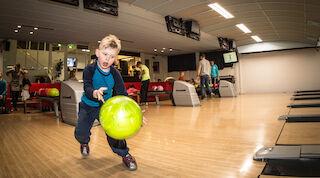Ребенок играет в боулинг в «Vuokatti Bowling».