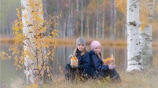 Дети на привале в осеннем лесу