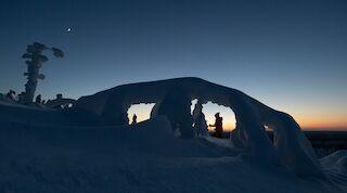 Lumikenkäilijä rentoutuu Tahkon maisemissa