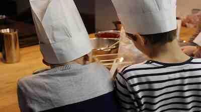 Muffinssien leipomista yhdessä