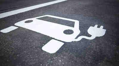 Sähköauton latauspiste Tahkolla