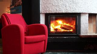 Nautiskele takkatulen lämmössä
