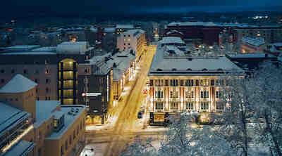 Hotelli Puijonsarveen kuuluu viisi kiinteistöä kadun molemmin puolin.
