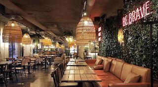 Hotellin Ehta-ravintola on juuri uudistettu. Sen pöydät ovat puuta, ja punosvalaisimet luovat tunnelmallista valoaan. Seinillä on paljon viherkasveja. Ehtassa on loistavat burgerit, joiden pihvit paistetaan hiiligrillissä.