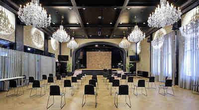 Puikkarin Conferencen tapahtuma- ja juhlatiloihin kuuluu suuri juhlasali, jossa on tallella entisen Seurahuoneen alkuperäinen näyttämö.