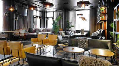 Hotellin aulatilat on uusittu. Tyylikkään aulan tunnelma on lämmin ja viihtyisä.