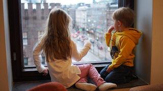 Maisemien ihailua ikkunalaudalta Original Sokos Hotel Vaakunassa, Helsingissä