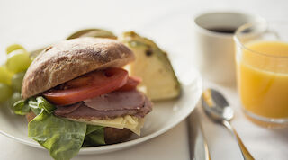 aamiainen original sokos hotel vantaa aamupala brunssi herkuttelu monipuolinen