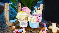 Aseltelma Italialaistyylistä jäätelöä koristeltuna värikkäillä makeisilla.