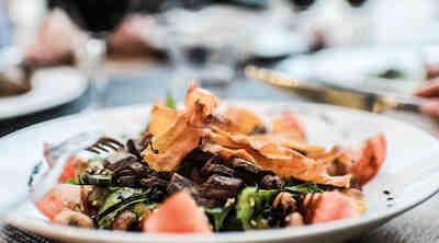 Syö kybällä BBQ House ravintolassa Helsingissä