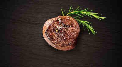 Tirisevä pihvi suoraan laavakivigrillistä ravintola BBQ House Helsinki Kamppi