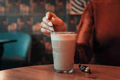 Nainen juomassa Caffe Lattea Pinossa