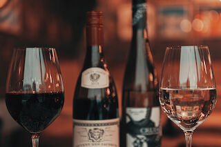 Viinilasit ja viinipullot punaviiniä ja valkoviiniä Pinossa