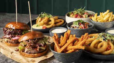 Memphis Hakaniemen Burger combo Woltista tai Foodorasta