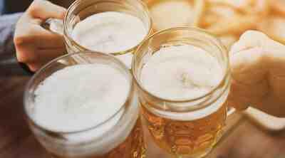 Vaahtoavat oluet Oluthuone Konepajan terassilla Helsingin Vallilassa