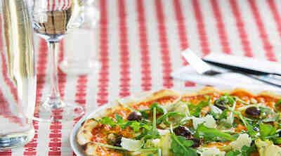 Pizzaa La Famiglia Helsingin terassilla