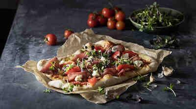Iso ja rapea rustiikkinen pizza sopii hyvin myös jaettavaksi!