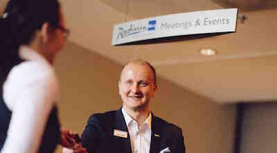 Suomen ensimmäinen Personal Host avustaa asiakkaita huippusuorituksiin Radisson Blu Royal Hotelissa